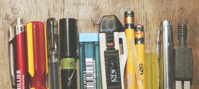 Récolte de cartes, bics, crayons, blocs de papier, timbres (non oblitérés), agendas, calendrier, jeux de cartes, chapelets, produits d'hygiène